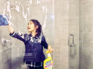 シャワールームをお掃除中の女の子の写真・画像素材[1501002]
