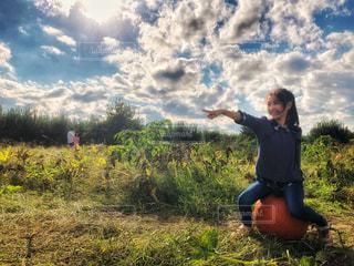 子ども,自然,風景,空,秋,ニューヨーク,屋外,海外,太陽,緑,雲,晴れ,アメリカ,日差し,女の子,光,草,雑草,人物,人,ハロウィン,かぼちゃ,畑,農家,秋空,南瓜,カボチャ,フォトジェニック,インスタ映え,ポークアッグ