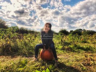 子ども,自然,空,秋,ニューヨーク,屋外,海外,晴れ,アメリカ,日差し,女の子,草,野菜,雑草,人物,人,座る,笑顔,ハロウィン,かぼちゃ,畑,農家,秋空,南瓜,カボチャ,フォトジェニック,インスタ映え,ポークアッグ