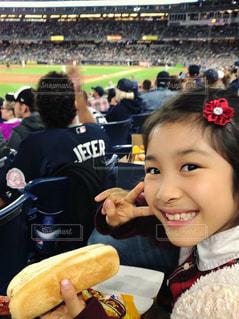 風景,秋,ニューヨーク,食事,群衆,海外,アメリカ,景色,女の子,人物,人,笑顔,野球,ピース,ホットドッグ,軽食,野球場,観戦,ファストフード,食欲,ヘアピン,ヤンキース,野球観戦,フォトジェニック,食欲の秋,ヤンキースタジアム,インスタ映え