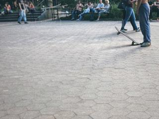 スケートボードと男性の写真・画像素材[1522232]
