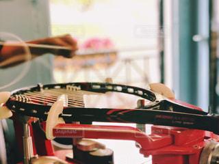 テニスラケットの修理中の写真・画像素材[1547390]