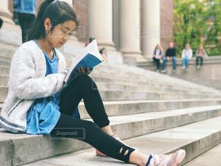 ハーバード大学図書館前の階段で読書の写真・画像素材[1572825]