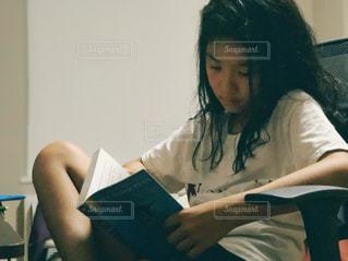 お風呂上がりに読書の写真・画像素材[1575628]