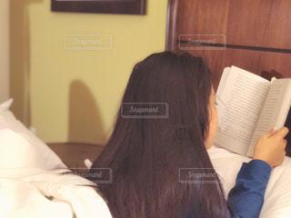 就寝前の読書の写真・画像素材[1575635]