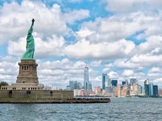 海,空,建物,ニューヨーク,屋外,海外,雲,世界遺産,アメリカ,景色,外国,旅行,自由の女神,未来,像,NY,夢,ポジティブ,世界文化遺産,希望,目標,フォトジェニック,可能性,文化遺産,リバティ島,インスタ映え,リバティアイランド