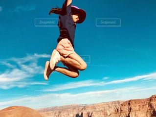 空,屋外,海外,雲,ジャンプ,アメリカ,子供,女の子,人物,人,外国,旅行,未来,グランドキャニオン,夢,ポジティブ,アリゾナ,目標,可能性,ミードビュー