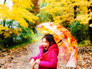 雨の日の憂鬱も吹き飛ぶ笑顔の写真・画像素材[1603792]