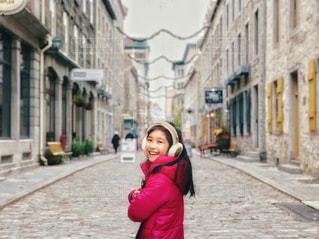 ケベックシティの通りで、振り向きざまの笑顔の写真・画像素材[1607764]