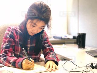 真剣に手紙を書く女の子の写真・画像素材[1641768]