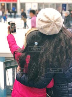 自撮りする妻子の後ろ姿を撮るパパの写真・画像素材[1654514]