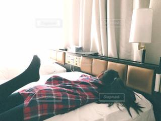 ベッドの上でゴロンの写真・画像素材[1661640]