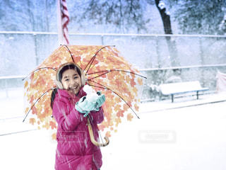 冬,ニューヨーク,木,傘,海外,白,コート,スマイル,ベンチ,アメリカ,子供,女の子,少女,楽しい,樹木,人物,人,外国,笑顔,フェンス,星条旗,雪だるま,旗,寒い,NY,ホワイト,11月