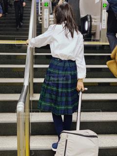 地下鉄の階段を登る女の子の写真・画像素材[1668095]
