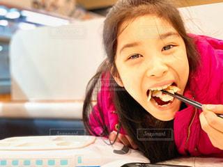 穴子を食べるドアップの女の子の写真・画像素材[1678034]