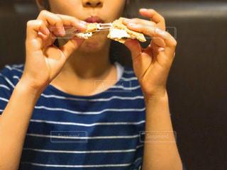 スモアを食べる女の子の写真・画像素材[1678456]