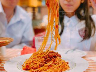 ミートソーススパゲティーを分け合う家族の写真・画像素材[1678989]