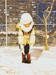 雪に埋もれて喜ぶ女の子の写真・画像素材[1685712]