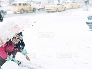 雪遊びとイエロータクシーの写真・画像素材[1687207]