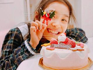 Xmasケーキの飾りを持つ女の子の写真・画像素材[1690075]