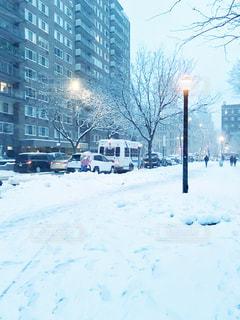 雪深い日の下校タイムの写真・画像素材[1691769]