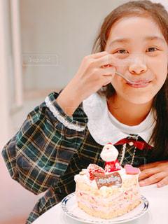 カットしたXmasケーキを食べる女の子の写真・画像素材[1695610]