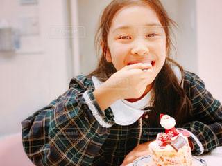 Xmasケーキを幸せそうに食べる少女の写真・画像素材[1695626]