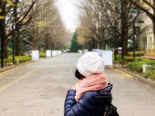 通りを見つめる女性の写真・画像素材[1696845]