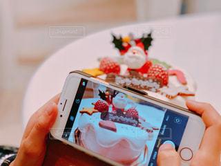 クリスマスケーキを撮る女の子の写真・画像素材[1697397]