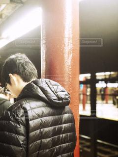 男性,30代,冬,ニューヨーク,駅,後ろ姿,コート,アメリカ,男,洋服,人物,人,地下鉄,NY,ネイビー,12月,日中,構内,メガネ,ダウン,紺,ダウンコート,2018年,ブロンクス,BRONX,地下鉄待ち