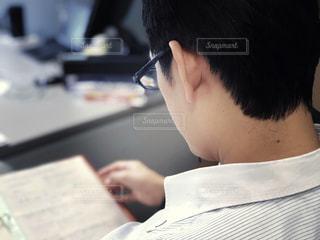 書類チェック中のビジネスマンの写真・画像素材[1697599]