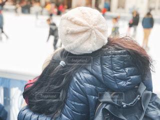 アイススケートを眺める親子の写真・画像素材[1701888]