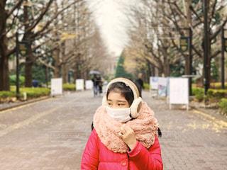 寒い1日とマスクの少女の写真・画像素材[1702209]