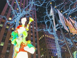 クリスマスシーズンの夜のロックフェラーセンター周辺の写真・画像素材[1704918]