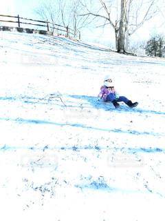 雪ソリを楽しむ女の子の写真・画像素材[1710914]
