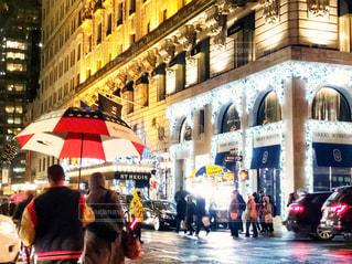 星条旗柄の傘をさして歩くカップルの写真・画像素材[1716847]