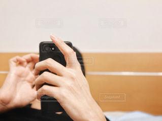 男性,30代,インテリア,夜,屋内,東京,黒,部屋,手,男,スマホ,人物,壁,リラックス,人,スマートフォン,携帯,寝具,就寝前,ライフスタイル,手元,携帯電話,ブラック,ベッド,スマホゲーム,スマホいじり,電子機器,自分時間,フリータイム,スマホチェック