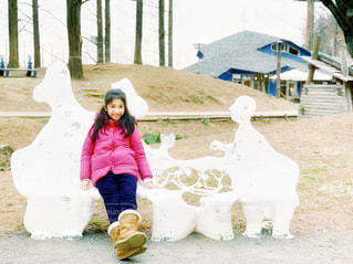 ベンチに座っている少女の写真・画像素材[1750379]