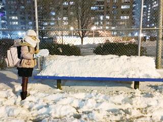 ベンチの雪と女の子の写真・画像素材[1777011]