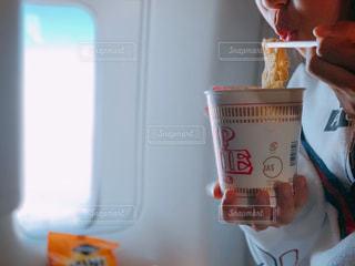 機内で食べるカップ麺の写真・画像素材[1794045]