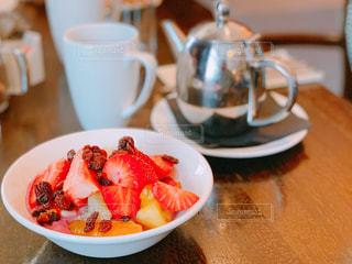 フルーツヨーグルトと紅茶で始まるロンドンの1日の写真・画像素材[1795580]