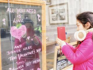 バレンタインの可愛いボードを撮る女の子の写真・画像素材[1812676]