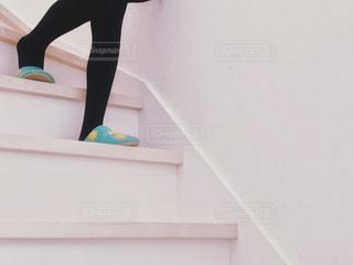 スリッパを履いて階段を降りるの写真・画像素材[1820300]