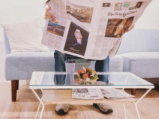 休日に英字新聞を読む男性の写真・画像素材[1830895]