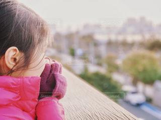 冷たい海風の中、東京湾を眺める少女の写真・画像素材[1839228]