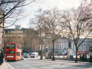 トラファルガー広場前とロンドンバスの写真・画像素材[1856891]