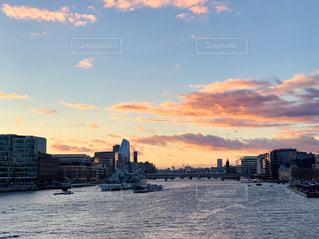 テムズ川と夕焼け空の写真・画像素材[1860819]