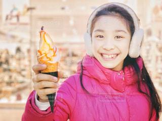 キャラメルソフトクリームと少女の写真・画像素材[1885047]