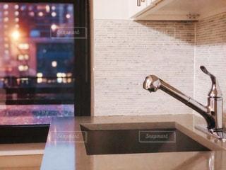 キッチンの流し越しの風景の写真・画像素材[1998203]