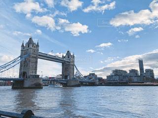 晴れの日のテムズ川とタワーブリッジの写真・画像素材[2017708]